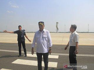 Menteri Perhubungan Budi Karya Sumadi (tengah) mengunjungi Bandara Kertajati di Majalengka, Jawa Barat, Selasa (18/6/2019). Menhub menyatakan pemindahan rute penerbangan dari bandara Husein Sastranegara (Bandung) ke Bandara Kertajati (majalengka) hanya untuk penerbangan domestik. ANTARA JABAR/Dedhez Anggara/agr