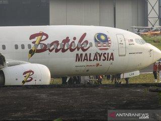 Petugas melakukan pemeriksaan pesawat Maskapai Malindo Air (Batik Malaysia) yang keluar dari landas pacu di Bandar Udara Internasional Husein Sastranegara, Bandung, Jawa Barat, Kamis (20/6/2019). Sebanyak 114 penumpang dan delapan kru pesawat berhasil dievakuasi dengan selamat dan aman setelah maskapai penerbangan bernomor OD-301 yang beroperasi dengan Boeing 737-800NG tujuan Bandung-Malaysia tersebut tergelincir keluar landas pacu Bandar Udara Internasional Husein Sastranegara saat berbelok sebelum lepas landas. ANTARA JABAR/Novrian Arbi/agr