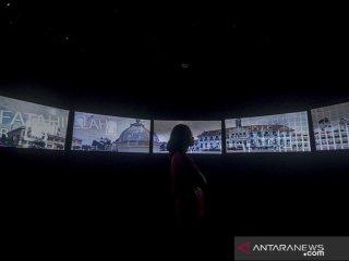 Pengunjung memperhatikan video sejarah gedung sate di Museum Gedung Sate, Bandung, Jawa Barat, Sabtu (13/7/2019). Pemerintah Provinsi Jawa Barat menargetkan pada 2019 kunjungan museum di Jawa Barat sebanyak 200.000 kunjungan dan pada 2020 ditargetkan naik 10 persen dari 2019. ANTARA JABAR/Raisan Al Farisi/agr