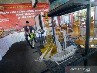 Pengunjung mengamati hasil karya seni pada pameran karya seni dari limbah hasil warga binaan di Lapas Sukamiskin, Bandung, Jawa Barat, Sabtu (17/8/2019). Pameran karya hasil warga binaan dari lapas se-Jawa Barat tersebut dilakukan untuk mengasah kreativitas warga binaan dengan semangat HUT ke-74 kemerdekaan RI. ANTARA JABAR/Raisan Al Farisi/agr