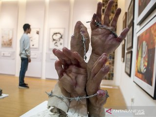 Pengunjung menikmati karya yang dipajang pada pameran Seni Rupa bertajuk Bebaskeun di Museum Kota Bandung, Bandung, Jawa Barat, Minggu (18/8/2019). Pameran seni rupa yang merupakan karya dari sejumlah seniman yang tergabung dalam PADIart tersebut bertujuan untuk menyampaikan kebebasan dalam berekspresi, menyatakan pendapat serta berpandangan politik sebagai respon situasi dan fenomena di Indonesia yang telah berusia 74 tahun atas kemerdekaan. ANTARA FOTO/Novrian Arbi/agr