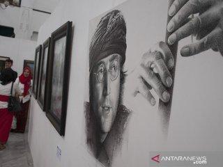 Pengunjung menikmati karya seni rupa bertema Daur Hidup pada Pameran Seni Rupa Anugerah Barli 2019 di Aula Gedung Sate, Bandung, Jawa Barat, Senin (19/8/2019). Pameran yang digagas dari seorang Seniman Barli Sasmitawinata tersebut merupakan pameran tentang kemungkinan ekspresi dari kecenderungan seni gambar dalam memahami kembali siklus 'kehidupan' pada karya seni rupa dua dimensional untuk memahami dan mengembangkan dirinya terhadap lingkungan sosial dan budayanya. ANTARA FOTO/Novrian Arbi/agr