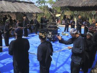 Warga melakukan tarian Budak Angon saat tradisi Pesta Dadung di Cigugur, Kuningan, Jawa Barat, Selasa (20/8/2019). Pesta Dadung merupakan wujud keseimbangan terhadap alam yang dilakukan para petani dengan membuang hama dan menanam pohon. ANTARA FOTO/Dedhez Anggar/agr