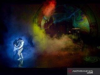 Dua orang penari beraksi saat pertunjukan Cadabra dengan tema