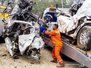 Petugas mengevakuasi salah satu kendaraan yang terlibat pada kecelakaan beruntun di Tol Cipularang KM 92 Purwakarta, Jawa Barat, Senin (2/9/2019). Kecelakaan tersebut melibatkan sekitar 20 kendaraan bertabrakan yang mengakibatkan korban 17 orang luka- luka dan 9 orang meninggal dunia. ANTARA FOTO/M Ibnu Chazar/agr