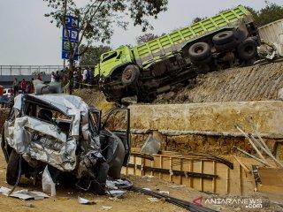 Kondisi sejumlah kendaraan yang terlibat pada kecelakaan beruntun di Tol Cipularang KM 92 Purwakarta, Jawa Barat, Senin (2/9/2019). Kecelakaan tersebut melibatkan sekitar 20 kendaraan bertabrakan yang mengakibatkan korban 17 orang luka- luka dan 9 orang meninggal dunia. ANTARA FOTO/M Ibnu Chazar/agr
