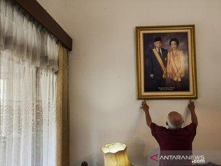 Asisten rumah tangga merapikan perabotan dan foto Presiden ke-3 RI Almarhum BJ Habibie pada Rumah milik RA Habibie di Bandung, Jawa Barat, Kamis (12/9/2019). Semasa Hidupnya, Almarhum BJ Habibie kerap mengunjungi dan beraktivitas di rumah ibundanya tersebut yang terletak di Jalan Imam Bonjol, Kota Bandung. ANTARA JABAR/Novrian Arbi/agr