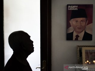 Asisten rumah tangga melihat foto dan lukisan Presiden ke-3 RI Almarhum BJ Habibie pada Rumah milik RA Habibie di Bandung, Jawa Barat, Kamis (12/9/2019). Semasa Hidupnya, Almarhum BJ Habibie kerap mengunjungi dan beraktivitas di rumah ibundanya tersebut yang terletak di Jalan Imam Bonjol, Kota Bandung.  ANTARA JABAR/Novrian Arbi/agr