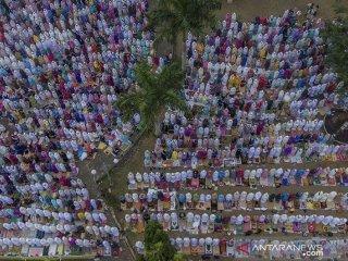 Foto udara umat muslim menunaikan shalat Istisqa di Alun-alun Ciamis, Kabupaten Ciamis, Jawa Barat, Rabu (18/9/2019). Shalat Istisqa bertujuan memohon diturunkannya hujan, karena sebanyak 20 Kota dan Kabupaten di wilayah Jabar mengalami kemarau panjang dengan total luas lahan yang terdampak kekeringan seluas 20.621,57 hektare. ANTARA FOTO/Adeng Bustomi/agr