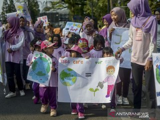 Sejumlah siswa dari Alifa Kids membawa poster saat aksi peduli lingkungan di Hari Bebas Kendaraan Bermotor (Hbkb) di Jalan Ir H Juanda, Bandung, Jawa Barat, Minggu (22/9/2019). Aksi tersebut dilakukan dalam rangka menanamkan peduli lingkungan kepada anak sejak dini. ANTARA FOTO/Raisan Al Farisi/agr