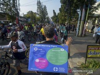 KAMPANYE HARI PENCEGAHAN BUNUH DIRI SEDUNIA. Petugas dari Rumah Sakit Hasan Sadikin melakukan kampanye dalam rangka Hari Pencegahan Bunuh Diri Sedunia saat Hari Bebas Kendaraan Bermotor (Hbkb) di Jalan Ir H Juanda, Bandung, Jawa Barat, Minggu (22/9/2019). Kampanye tersebut dilakukan guna mensosialisasikan bahaya dari gaya hidup yang tidak sehat karena disinyalir sebagai salah satu indikator manusia untuk bunuh diri. ANTARA FOTO/Raisan Al FarisiANTARA FOTO/RAISAN AL FARISI (ANTARA FOTO/RAISAN AL FARISI)