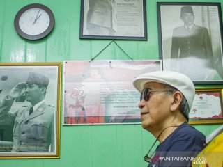 Budayawan Putu Wijaya melihat-lihat rumah bersejarah peninggalan keluarga Djiauw Kie Siong yang pernah disinggahi Proklamator RI Soekarno-Hatta di Rengasdengklok, Karawang, Jawa Barat, Sabtu (21/9/2019). Kunjungannya tersebut merupakan refleksi sebagai anak bangsa untuk mengingat dan menghormati proklamator bangsa yang memperjuangakan negeri ini menuju kemerdekaan. ANTARA FOTO/M Ibnu Chazar/agr