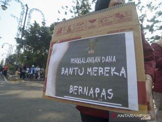 Mahasiwa dari berbagai kampus di Bandung melakukan aksi solidaritas untuk korban bencana asap saat Hari Bebas Kendaraan Bermotor (Hbkb) di Jalan Ir H Juanda, Bandung, Jawa Barat, Minggu (22/9/2019). Aksi tersebut dilakukan sebagai salah satu bentuk simpati kepada korban bencana asap yang terus berjatuhan di beberapa wilayah di Sumatera dan Kalimantan. ANTARA FOTO/Raisan Al Farisi/agr