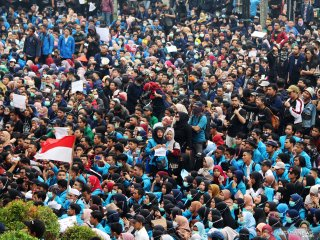 Ribuan mahasiswa berunjukrasa di DPRD Provinsi Kalimantan Barat di Pontianak, Rabu (25/9/2019). Dalam aksi damai tersebut mereka mereka menuntut DPR untuk membatalkan UU KPK dan Rancangan Undang Undang KUHP karena dinilai melemahkan fungsi KPK. ANTARA FOTO/Jessica Helena WuysangANTARA FOTO/JESSICA HELENA WUYSANG (ANTARA FOTO/JESSICA HELENA WUYSANG)