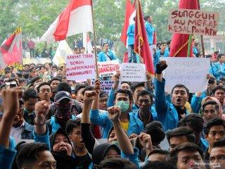 Sejumlah mahasiswa berunjukrasa di DPRD Provinsi Kalimantan Barat di Pontianak, Rabu (25/9/2019). Dalam aksi damai yang diikuti mahasiswa dari berbagai kampus se-Pontianak tersebut mereka menolak UU KPK hasil revisi, pengesahan Rancangan KUHP serta RUU Pertanahan. ANTARA FOTO/Jessica Helena WuysangANTARA FOTO/JESSICA HELENA WUYSANG (ANTARA FOTO/JESSICA HELENA WUYSANG)