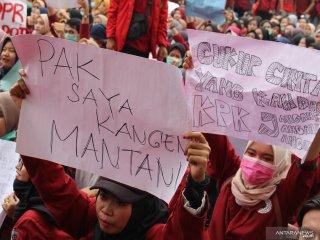 Sejumlah mahasiswa Universitas Muhammadiyah Pontianak berunjukrasa di DPRD Provinsi Kalimantan Barat di Pontianak, Rabu (25/9/2019). Dalam aksi damai yang diikuti mahasiswa dari berbagai kampus se-Pontianak tersebut mereka menolak UU KPK hasil revisi, pengesahan Rancangan KUHP serta RUU Pertanahan. ANTARA FOTO/Jessica Helena WuysangANTARA FOTO/JESSICA HELENA WUYSANG (ANTARA FOTO/JESSICA HELENA WUYSANG)