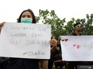 Dua mahasiswa membawa poster saat berunjukrasa di DPRD Provinsi Kalimantan Barat di Pontianak, Rabu (25/9/2019). Dalam aksi damai tersebut mereka mereka menuntut DPR untuk membatalkan UU KPK dan Rancangan Undang Undang KUHP karena dinilai melemahkan fungsi KPK. ANTARA FOTO/Jessica Helena WuysangANTARA FOTO/JESSICA HELENA WUYSANG (ANTARA FOTO/JESSICA HELENA WUYSANG)