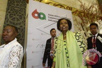 Menlu Afrika Selatan Maite Emily Nkoana (kedua kanan) bersiap mengikuti sidang pleno kedua dalam Pertemuan Tingkat Menteri Asia Afrika di Jakarta Convention Center, Senin (20/4). Menlu Afsel Maite Emily menandatangani nota kesepahaman dengan Indonesia dalam sejumlah bidang. ANTARAFOTO/Fanny Octavianus/wdy/15.
