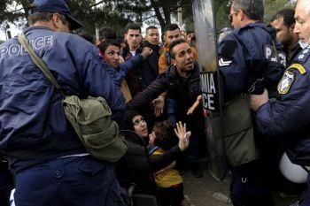 Polisi Yunani dihukum karena memaki pengungsi