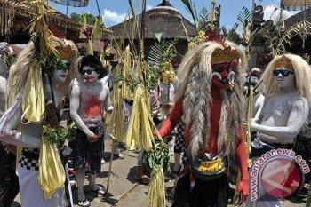 Sejumlah warga yang berbusana mahluk menyeramkan berjalan berkeliling kampung membawa sarana upacara dalam ritual Ngerebeg di Desa Tegallalang, Gianyar, Bali, Rabu (16/3). Tradisi ritual berkeliling kampung dengan riasan tubuh mirip mahluk menyeramkan itu dipercaya sebagai penolak bala dan untuk menciptakan keharmonisan di daerah setempat. ANTARA FOTO/Nyoman Budhiana/i018/2016.