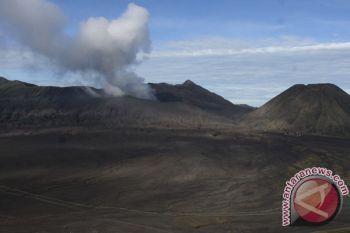 Akses jalan menuju laut pasir Gunung Bromo dibersihkan dari material longsor