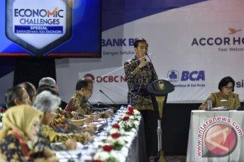 Presiden Joko Widodo (kedua kanan) menyampaikan arahan dalam Sarasehan 100 Ekonom Indonesia di Hotel Fairmont, Jakarta, Selasa (6/12). Presiden menekankan tolak ukur perekonomian Indonesia seharusnya tidak lagi menggunakan kurs rupiah terhadap dolar Amerika, tetapi dengan mata uang mitra dagang besar RI. ANTARA FOTO/Puspa Perwitasari/wdy/16.