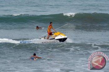 Petugas Badan Penyelamat Wisata Tirta (Balawista) mencari wisatawan yang hilang di Pantai Kuta, Bali, Kamis (9/2). Petugas masih terus mencari wisatawan asal Korea, Kim Jung Chul (58) yang dilaporkan hilang saat berenang di kawasan Pantai Kuta pada Rabu (8/2) sore. ANTARA FOTO/Wira Suryantala/wdy/17.