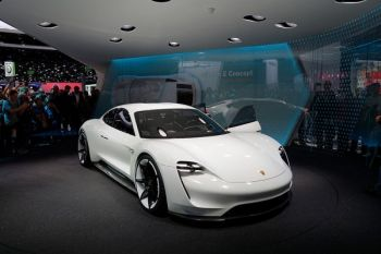 Produksi Porsche hibrida terhambat pasokan baterai