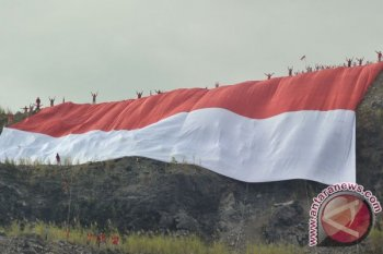 Para pemuda bentang bendera raksasa di Bukit Kaba, Bengkulu