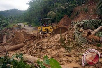 Jalur penghubung Palabuhanratu-Simpenan tertimbun longsor