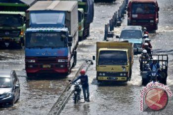 Banjir Kaligawe Semarang picu kemacetan panjang