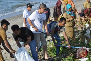 Pasha Ungu Bersihkan Pantai