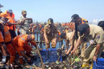Sambangi Muara Angke, Anies turun tangan bersihkan sampah
