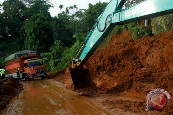 Longsor jalan Trans Sulawesi
