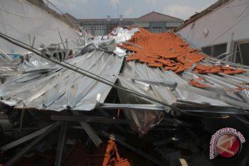 Atap ruangan RS AL runtuh