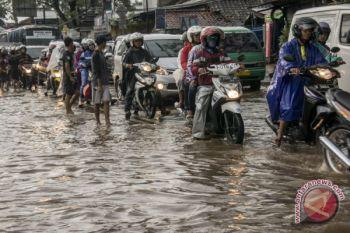 Banjir Cicaheum membuat 17 mobil rusak bertumpukkan