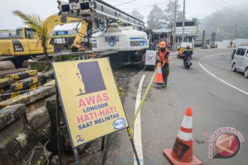 Kementerian PUPR turunkan alat berat buka jalur Cianjur-Bandung