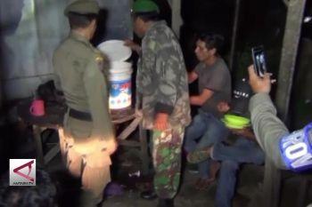 Petugas gabungan bubarkan warga Pesta Miras