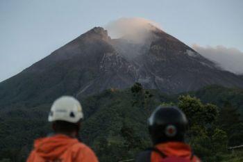 Merapi erupsi freatik dan kemungkinan magmatik pada Rabu pagi