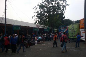 Ratusan penumpang tujuan Kalideres tertahan di Terminal Sukabumi