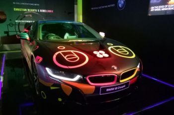 BMW i8 sentuhan seniman ultraviolet ini terlihat menyala dalam gelap