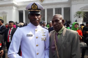 Kisah putra petani Papua lulus perwira akademi AL