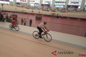 Anies uji coba bersepeda di venue sepeda