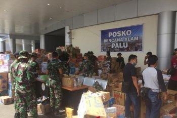 TNI berikan sembako kepada warga Kampung Pegubin