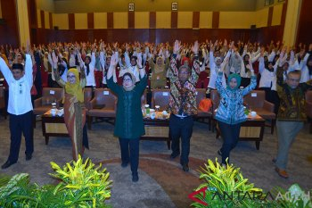 Menteri Kesehatan, Nila F Moeloek (tengah) bersama Direktur Gizi Masyarakat,  Dody Izwardi (kanan) dan pejabat kesehatan seluruh Aceh melakukan senam sehat saat pembukaan Raker Kesehatan Daerah di Banda Aceh, Senin (4/3/2019). Raker Kesehatan Daerah yang berlangsung tanggal 4  hingga 5 Maret dihadiri seluruh dinas kesehatan di Aceh itu dalam rangka penguatan pelayanan kesehatan terpadu menuju keluarga sejahtera. (Antara Aceh/Ampelsa)