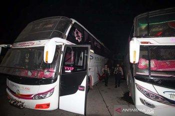 Aparat Kepolisian Unit Reaksi Cepat (URC) bersenjata berpatroli di Terminal Tipe A Lhokseumawe, Aceh, Rabu (29/5/2019). Pengamanan ketat 24 jam di terminal bus Antar Kota Antar Provinsi (AKAP) itu untuk mengantisipasi tindak kejahatan guna memberi rasa aman dan nyaman bagi pemudik selama arus mudik lebaran 2019. (Antara Aceh/Rahmad)