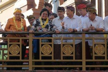 Menteri Lingkungan Hidup dan Kehutanan Siti Nurbaya Bakar (kedua kiri) berbincang dengan Wali Kota Denpasar Ida Bagus Rai Dharmawijaya Mantra (ketiga kanan) meninjau Sungai Badung, Denpasar, Bali, Kamis (20/6/2019). Kunjungan bersama delegasi Coordinating Body on the Seas of the East Asia (COBSEA) tersebut untuk melihat restorasi Sungai Badung sebagai obyek wisata sekaligus meresmikan Sistem Informasi Sadar dan Peduli Lingkungan (SIDARLING) guna mendukung kebijakan Pemerintah Kota Denpasar dalam penanganan permasalahan sampah. ANTARA FOTO/Nyoman Hendra Wibowo/nym.