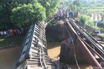 50 orang tewas akibat kereta api anjlok