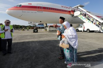 Jamaah haji Aceh kelompok terbang (kloter) 1 asal Pidie Jaya, Aceh Utara, Pidie, dan Sabang berdoa saat tiba di Bandara Internasional Sultan Iskandar Muda Blang Bintang, Aceh Besar, Aceh, Selasa (3/9/2019). Sebanyak 392 jamaah haji kloter 1 merupakan bagian dari 4.066 jamaah haji asal Aceh tahun 2019 yang terbagi dalam 12 kloter yang dijadwalkan berakhir tiba di tanah air pada 15 September mendatang. Antara Aceh / Irwansyah Putra.