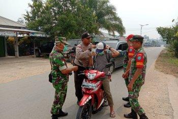 TNI dan Polri di perbatasan bagikan masker